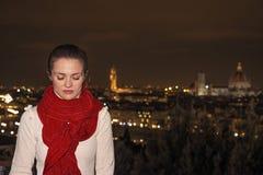 Jovem mulher pensativa na frente da vista panorâmica de Florença Imagem de Stock Royalty Free