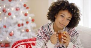 Jovem mulher pensativa que bebe uma caneca de chá imagens de stock royalty free