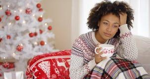 Jovem mulher pensativa que comemora um Natal só fotografia de stock royalty free
