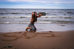 Jovem mulher perdida perto do mar Foto de Stock