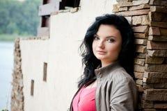 Jovem mulher perto da porta Imagem de Stock