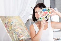 A jovem mulher pinta uma imagem Imagem de Stock Royalty Free