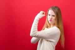 Jovem mulher poderosa em uma pose do sucesso fotos de stock royalty free