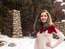 Jovem mulher por uma porta no inverno Fotos de Stock