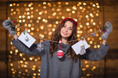 Jovem mulher positiva atrativa que guarda a decoração feito a mão do Natal imagens de stock