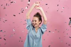 A jovem mulher positiva está expressando a alegria foto de stock