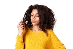 A jovem mulher preocupou-se sobre seu cabelo seco danificado imagem de stock