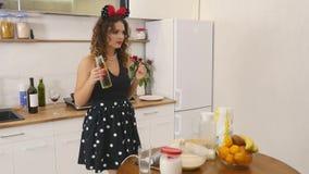 A jovem mulher prepara ingredientes de mistura da massa o na bacia usando o batedor de ovos na cozinha Alimento caseiro Tiro Slow vídeos de arquivo