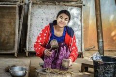 A jovem mulher prepara a substância para a fatura do guarda-chuva Foto de Stock