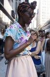 Jovem mulher preta em New York fotos de stock