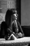 Jovem mulher preto e branco do retrato no restaurante Imagens de Stock Royalty Free
