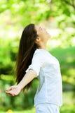 Jovem mulher que abraça a chegada da mola Foto de Stock Royalty Free