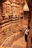 Jovem mulher que admira o interior do templo Jain, Jaisalmer, Rajasth Fotografia de Stock Royalty Free