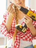 Jovem mulher que ajusta seu fazer da broca imagem de stock