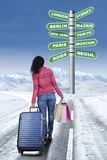 Jovem mulher que anda ao longo da estrada nevado Fotos de Stock