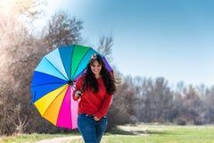 Jovem mulher que anda e que tem o divertimento com um guarda-chuva fotos de stock