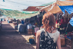 Jovem mulher que anda em uma cidade pequena no país em vias de desenvolvimento Imagem de Stock