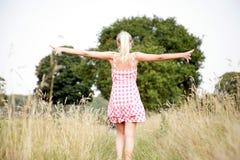Jovem mulher que anda na natureza Fotos de Stock Royalty Free