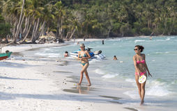 Jovem mulher que anda na praia bonita Imagem de Stock