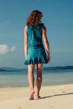 Jovem mulher que anda na praia tropical Imagem de Stock Royalty Free