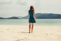 Jovem mulher que anda na praia tropical Imagens de Stock Royalty Free