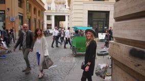 Jovem mulher que anda no centro de cidade O viajante fêmea toma a foto da cidade velha Menina que explora Itália Movimento lento video estoque