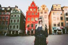 Jovem mulher que anda no curso de Éstocolmo que sightseeing foto de stock royalty free