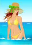 Jovem mulher que anda no mar no biquini e no chapéu Fotos de Stock