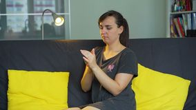 Jovem mulher que aplica o creme da mão video estoque