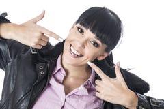 Jovem mulher que aponta em seu dentes ou sorriso com ambos os dedos Imagem de Stock Royalty Free