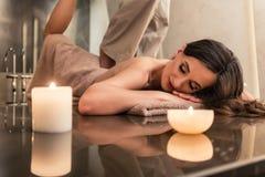 Jovem mulher que aprecia as técnicas de esticão da massagem tailandesa foto de stock royalty free