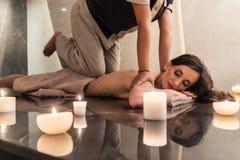 Jovem mulher que aprecia as técnicas do acupressure da massagem tailandesa imagens de stock