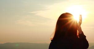Jovem mulher que aprecia e que escolhe o nascer do sol bonito Imagem de Stock