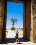 Jovem mulher que aprecia a luz solar e o curso Egito Conceito de pensamento positivo Fotos de Stock
