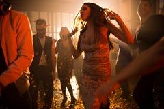 Jovem mulher que aprecia a música no clube foto de stock