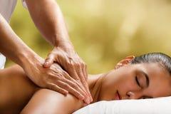 Jovem mulher que aprecia a massagem nos termas imagens de stock royalty free