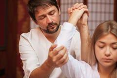 Jovem mulher que aprecia a massagem profissional imagens de stock royalty free