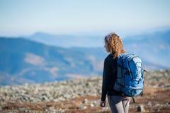 Jovem mulher que aprecia a natureza na viagem backpacking nas montanhas foto de stock
