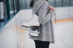 Jovem mulher que aprecia no gelo que scating fotos de stock royalty free