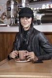 Jovem mulher que aprecia o chocolate no coffeeshop Foto de Stock