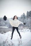 Jovem mulher que aprecia o inverno fotografia de stock royalty free