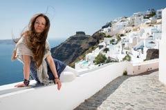 Jovem mulher que aprecia o momento em Firostefani, Santorini, Grécia Foto de Stock Royalty Free
