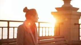 Jovem mulher que aprecia o nascer do sol no slowmoton Alargamento de Sun video estoque