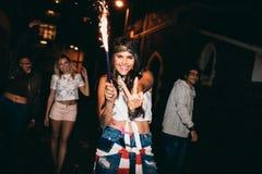 Jovem mulher que aprecia o partido com seus amigos Imagens de Stock