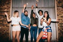 Jovem mulher que aprecia o partido com seus amigos Fotos de Stock Royalty Free