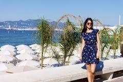 Jovem mulher que aprecia o verão em Cannes france Fotos de Stock Royalty Free
