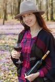 Jovem mulher que aprecia o vinho tinto fora Imagem de Stock