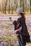 Jovem mulher que aprecia o vinho tinto fora Imagens de Stock Royalty Free