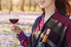 Jovem mulher que aprecia o vinho tinto fora Fotografia de Stock Royalty Free
