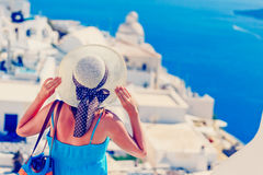 Jovem mulher que aprecia a vista de Santorini, Grécia foto de stock